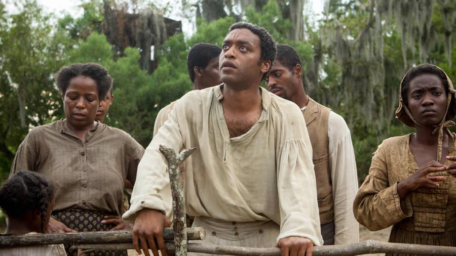 1. 12 Yıllık Esaret - Aynı adı taşıyan On İki Yıllık Bir Köle (1853) kitabından uyarlanan film , New York'ta özgür olarak doğmuş ve daha sonra Deep South'da köle tüccarları tarafından kaçırılan siyahi Amerikalı Solomon Northup'un öyküsünü anlatıyor. En İyi Tarihi Filmler 1 Numara