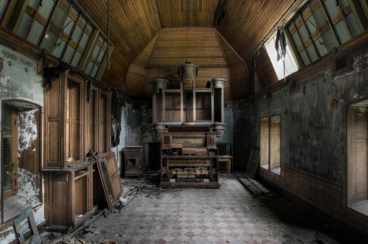 Hala ayakta sandalyeler ile terk edilmiş kilise
