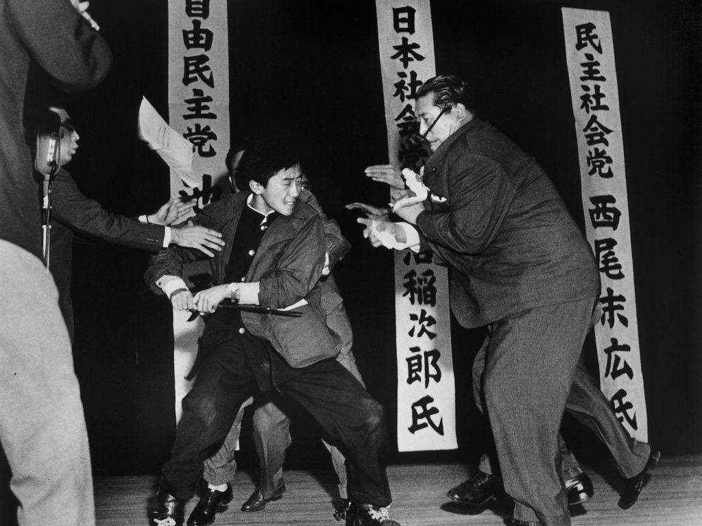 12 Ocak 1960. Japon Sosyalist Partisi lideri Asanuma'nın muhalif öğrencisi tarafından öldürülmeden bir kaç saniye önce. Fotoğraf: Yasushi Nagao, Japonya