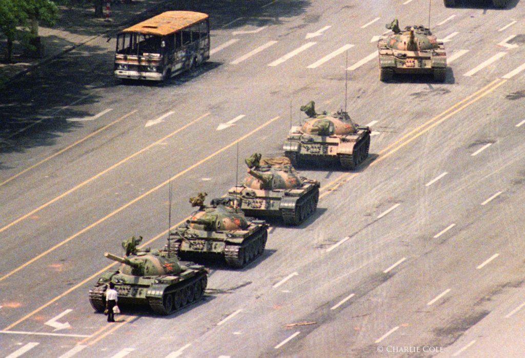 1989. Çin'deki genç bir adam demokratik reformlar için yapılan protestolar sırasında tankların önünde duruyor. Fotoğraf: Charlie Cole, ABD