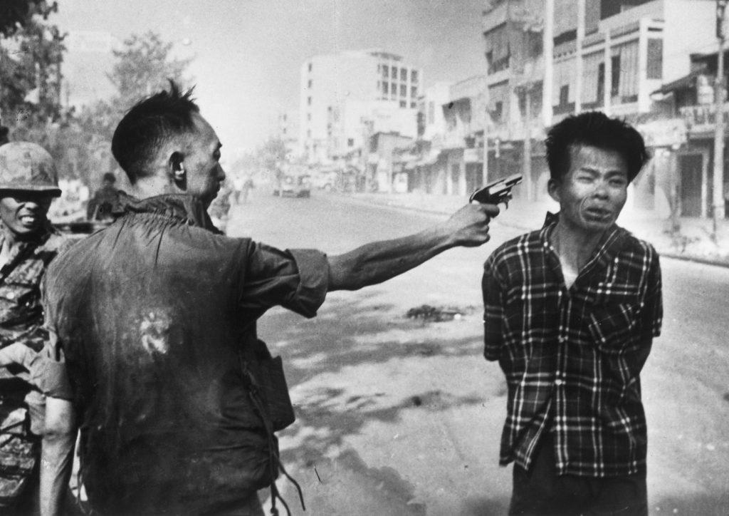 1 Şubat 1968, Güney Vietnam polis şefi Nguyen Ngoc Loan genç bir şüpheliyi vurmadan bir kaç saniye önce. Fotoğraf: Eddie Adams, ABD