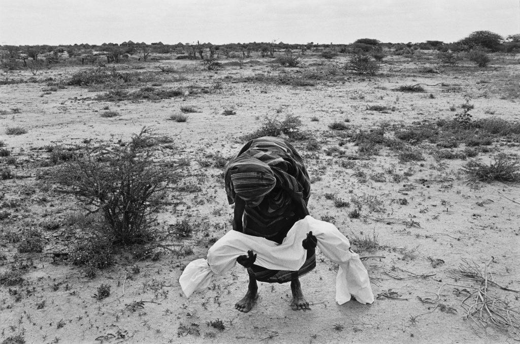 1992. Açlıktan ölen çocuğu ile bir Somalili anne . Fotoğraf James Nachtwey, ABD