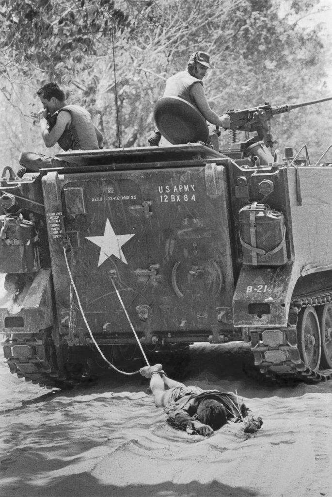 1966. Güney Vietnam'daki ABD birlikleri ölen Vietkong askerini sürüklüyor. Fotoğraf: Kyoichi Sawada, Japonya