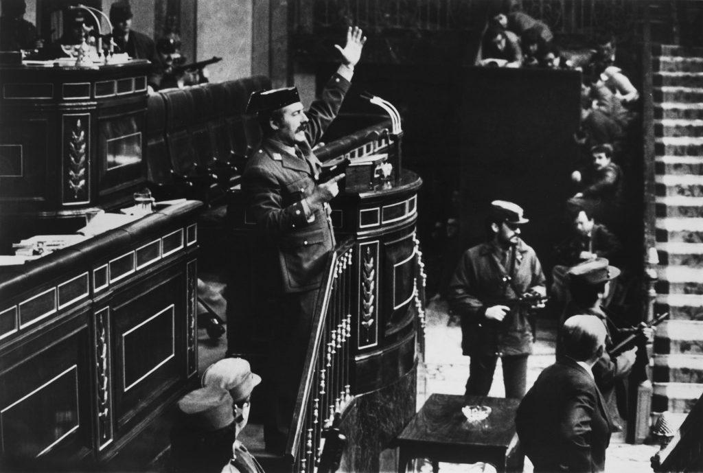 23 Şubat 1981. Albay Molina ve askeri polis İspanya'daki Parlamento binasını ele geçirdi. Fotoğrafçı filmleri ayakkabısına saklamıştır. Fotoğraf: Manuel Pérez Barriopedro, İspanya