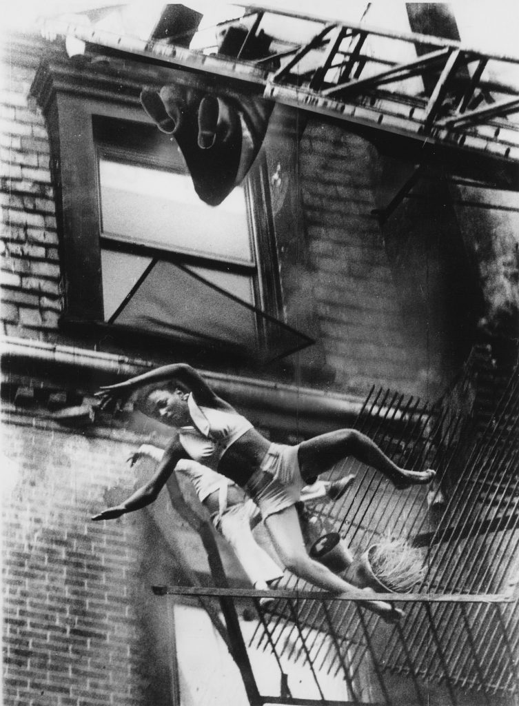 1975. Çöken yangın merdiveninden düşen çocuklar. Fotoğraf: Stanley Forman, ABD