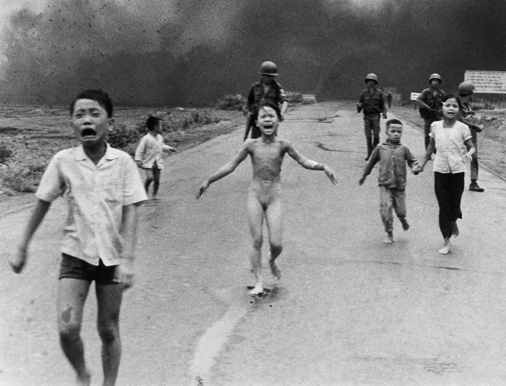 1972'de Güney Vietnam uçakları kazara bir kasabayı bombaladı. Fotoğraf: Ut Cong Huynh, Vietnam